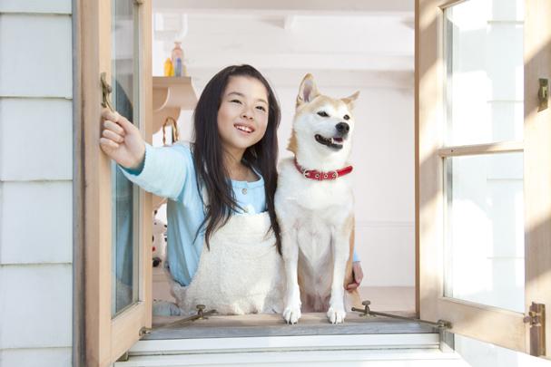 女の子と犬と窓